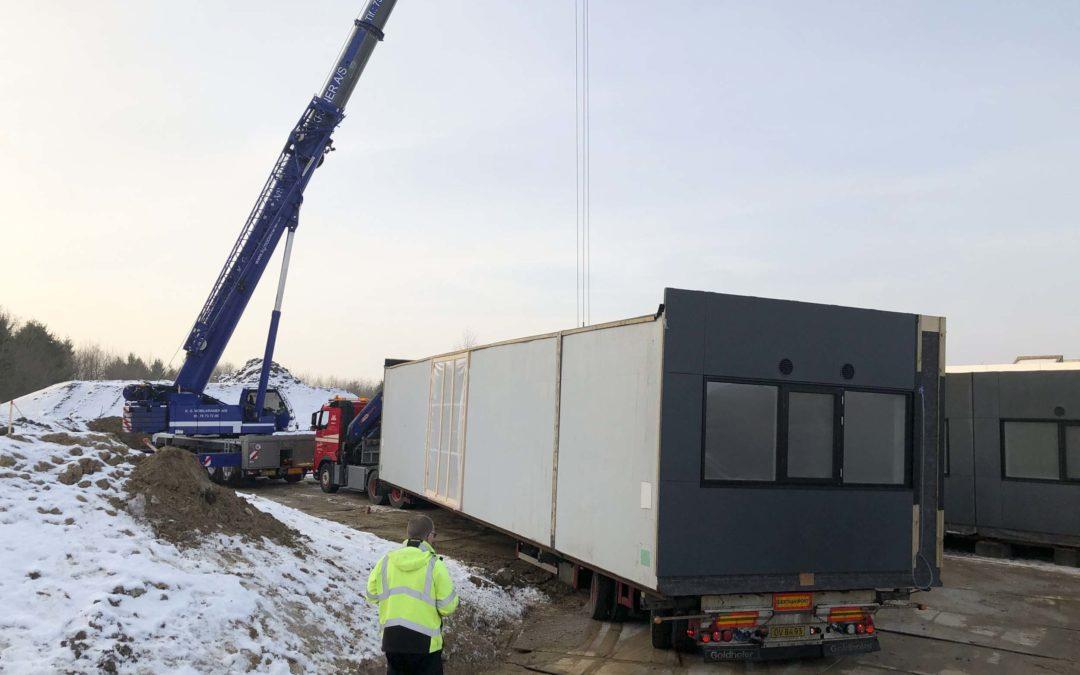 Transport, hejsning og montering af pavilloner på Nordsjællands Hospital i Frederikssund